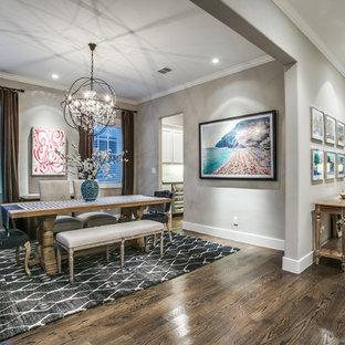 ダラスの広い片開きドアコンテンポラリースタイルのおしゃれな玄関ロビー (グレーの壁、塗装フローリング、木目調のドア、茶色い床) の写真