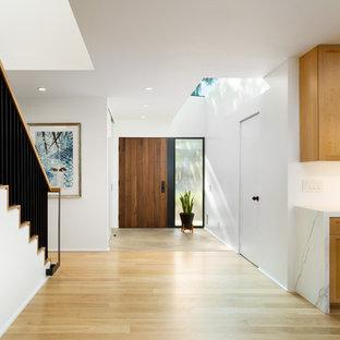 Источник вдохновения для домашнего уюта: большая прихожая в стиле ретро с белыми стенами, светлым паркетным полом, одностворчатой входной дверью, входной дверью из дерева среднего тона и желтым полом