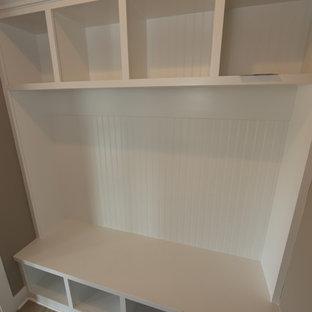 Idées déco pour une entrée craftsman de taille moyenne avec un vestiaire, un mur gris et un sol en vinyl.