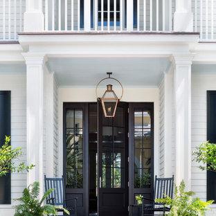 Создайте стильный интерьер: входная дверь в классическом стиле с белыми стенами, одностворчатой входной дверью, черной входной дверью и красным полом - последний тренд