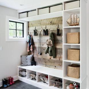 Idéer för mellanstora maritima kapprum, med vita väggar och grått golv