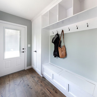 Foto de hall urbano, pequeño, con paredes grises, suelo de madera en tonos medios, puerta simple, puerta blanca y suelo marrón