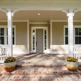 Klassisk inredning av en mellanstor ingång och ytterdörr, med beige väggar, tegelgolv, en enkeldörr och en grå dörr