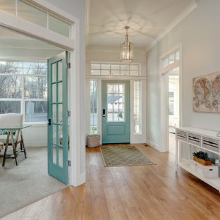 ボイシの大きい片開きドアトランジショナルスタイルのおしゃれな玄関ロビー (青い壁、淡色無垢フローリング、青いドア) の写真
