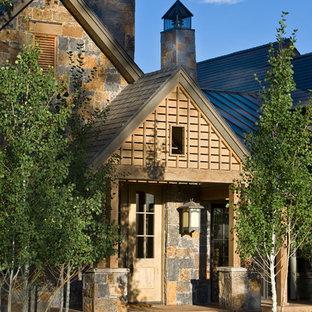Idéer för en rustik ingång och ytterdörr, med en enkeldörr och ljus trädörr
