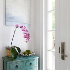 Beach Style Entry by Reiko Feng Shui Design