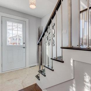 Imagen de puerta principal actual, pequeña, con paredes grises, suelo de terrazo, puerta simple y puerta blanca