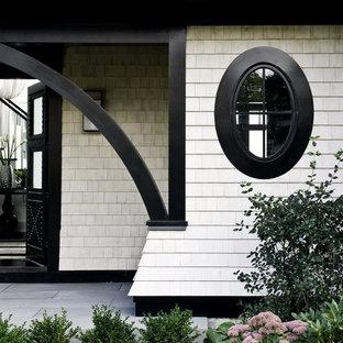 Foto de entrada clásica con suelo de madera oscura, puerta doble y puerta negra