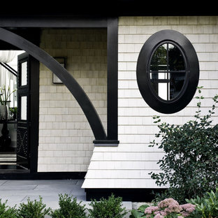 Пример оригинального дизайна: прихожая в викторианском стиле с темным паркетным полом, двустворчатой входной дверью и черной входной дверью