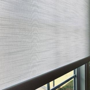 アトランタの片開きドアエクレクティックスタイルのおしゃれな玄関ロビー (グレーの壁、竹フローリング、白いドア、茶色い床) の写真