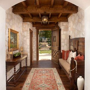 Imagen de entrada mediterránea con suelo de madera oscura, puerta simple y puerta de madera oscura