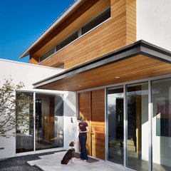 contemporary entry by Chioco Design