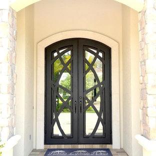 Foto di una grande porta d'ingresso mediterranea con una porta a due ante e una porta in metallo