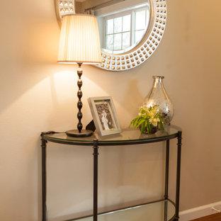 Inspiration för en liten vintage ingång och ytterdörr, med beige väggar, mellanmörkt trägolv och en enkeldörr