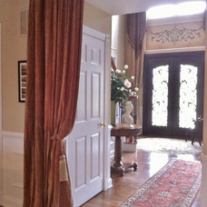 Traditional Entry by Elegantly Appointed Homes, LLC