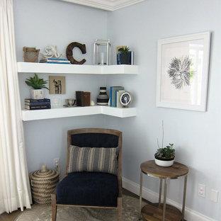 Inspiration för en liten funkis entré, med blå väggar och vinylgolv