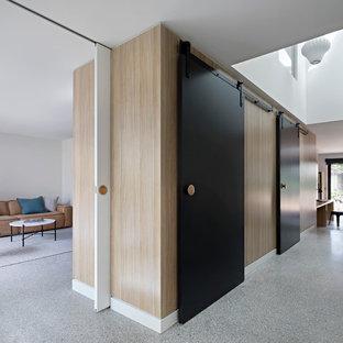 Inspiration för moderna hallar, med flerfärgade väggar och betonggolv