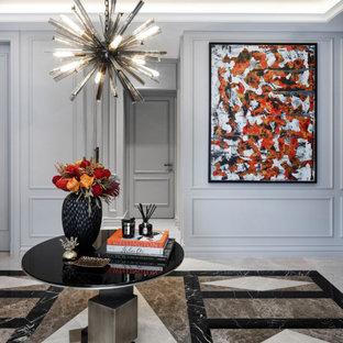Idéer för en mellanstor modern hall, med en enkeldörr, en grå dörr och flerfärgat golv