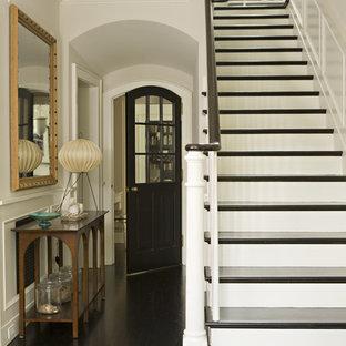Idée de décoration pour une entrée victorienne avec un couloir, un sol en bois foncé et un sol noir.