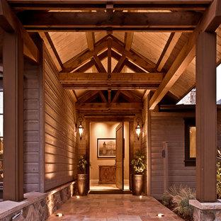 Aménagement d'une porte d'entrée montagne avec une porte pivot.