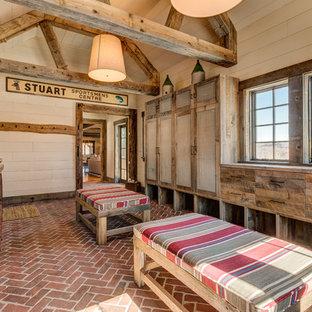 Bild på ett rustikt kapprum, med beige väggar, tegelgolv och rött golv