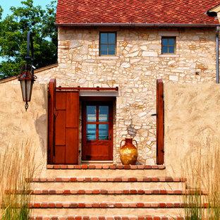 На фото: входная дверь с одностворчатой входной дверью с