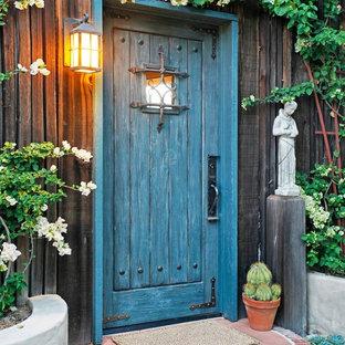 Ispirazione per un ingresso o corridoio stile rurale con una porta singola e una porta blu