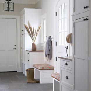 Immagine di un ingresso con anticamera chic con pareti beige, una porta olandese, una porta bianca e pavimento grigio