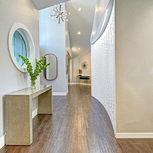 Inspiration för en mellanstor funkis hall, med mellanmörkt trägolv och grå väggar
