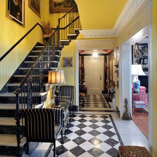Свежая идея для дизайна: фойе среднего размера в классическом стиле с желтыми стенами, одностворчатой входной дверью, разноцветным полом и мраморным полом - отличное фото интерьера