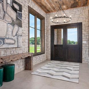 Стильный дизайн: фойе в стиле кантри с двустворчатой входной дверью, входной дверью из темного дерева, серым полом и деревянным потолком - последний тренд