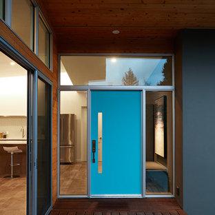 サンフランシスコの中サイズの片開きドアミッドセンチュリースタイルのおしゃれな玄関ドア (濃色無垢フローリング、青いドア、茶色い床) の写真