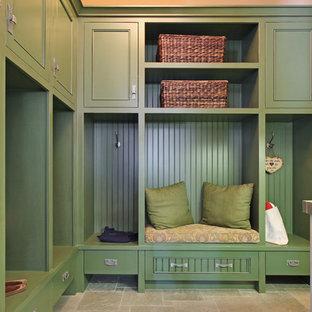 Idées déco pour une entrée craftsman de taille moyenne avec un vestiaire, un mur vert, un sol gris et un sol en calcaire.