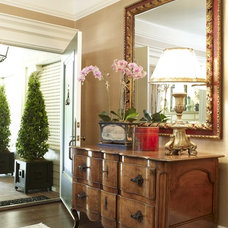 Traditional Entry by Tres McKinney Design
