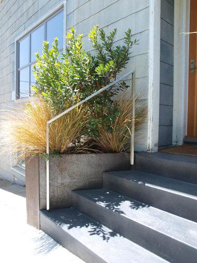 Modern Entry by Arterra Landscape Architects
