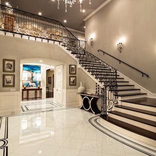 Mediterraner Eingang mit Foyer, grauer Wandfarbe und weißem Boden in Los Angeles