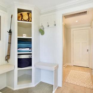 Modelo de vestíbulo posterior marinero, pequeño, con paredes grises, suelo de baldosas de cerámica, puerta simple y puerta blanca