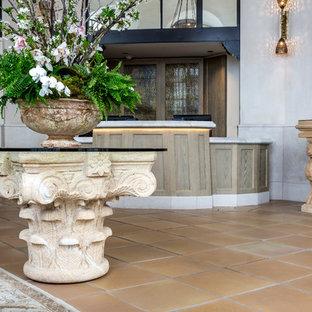 Новые идеи обустройства дома: фойе среднего размера в средиземноморском стиле с серыми стенами, полом из керамической плитки, двустворчатой входной дверью, белой входной дверью и желтым полом