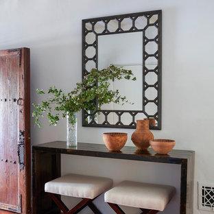 Idéer för en medelhavsstil foajé, med vita väggar, klinkergolv i terrakotta, en enkeldörr, mellanmörk trädörr och rött golv