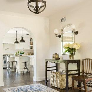 Стильный дизайн: фойе в средиземноморском стиле с белыми стенами и темным паркетным полом - последний тренд