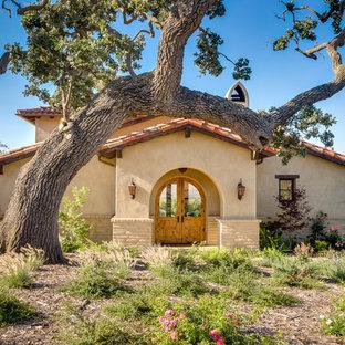 Idee per un grande ingresso o corridoio american style con pareti beige, una porta a due ante e una porta in legno chiaro