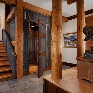 Idee per un ingresso o corridoio stile rurale di medie dimensioni con pareti bianche, pavimento in travertino e pavimento grigio