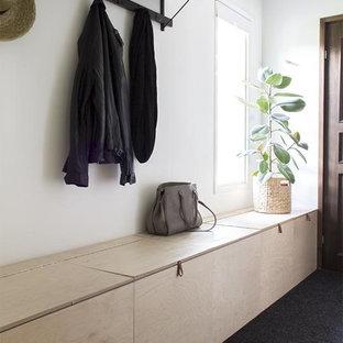 Foto di un ingresso con anticamera scandinavo con pareti bianche e moquette