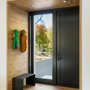 Источник вдохновения для домашнего уюта: входная дверь среднего размера в скандинавском стиле с белыми стенами, светлым паркетным полом, одностворчатой входной дверью, черной входной дверью, бежевым полом, деревянным потолком и деревянными стенами