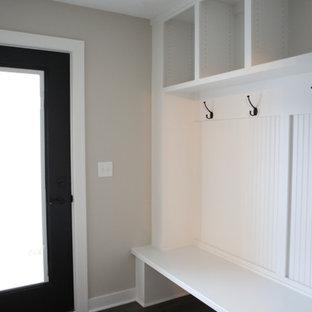 Idéer för ett stort klassiskt kapprum, med grå väggar, mörkt trägolv, en enkeldörr och en svart dörr