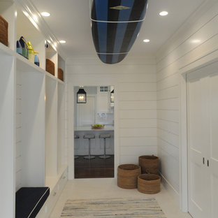 Foto de vestíbulo posterior costero con paredes blancas, puerta doble y puerta blanca
