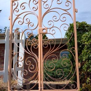 Idéer för stora medelhavsstil ingångspartier, med metallisk väggfärg, granitgolv, en dubbeldörr och mörk trädörr
