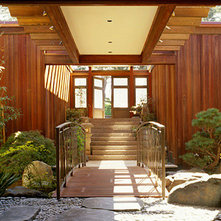 Modern Entry by RYAN ASSOCIATES GENERAL CONTRACTORS