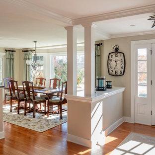 Ejemplo de distribuidor marinero, de tamaño medio, con paredes beige, suelo de madera en tonos medios, puerta simple, puerta blanca y suelo marrón