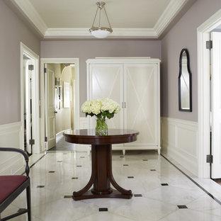Exempel på en klassisk farstu, med lila väggar, marmorgolv och vitt golv